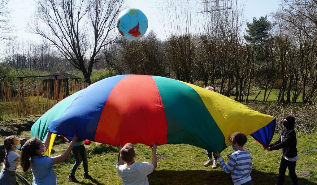 Teilnehmer*innen beim Spielen